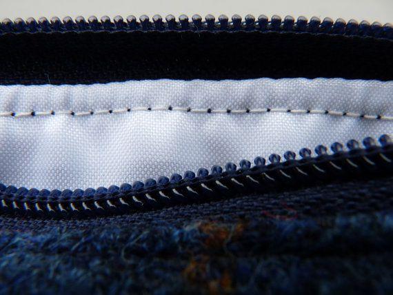 Marine Harris Tweed Tasche mit Robin Bird - kleine Kulturtasche - Ladies Scottish Geschenk-Plaid-gute Weihnachten Geschenke, Damen Weihnachtsgeschenke  Beachten Sie, da dies ein, um Artikel zu bestellen, Stoff-Platzierung variieren.  Diese Tasche ist handgefertigt in ein sehr elegantes Tweed in Navy und Blues mit Senf und verbrannte rote Overstripe. Perfekt als eine kosmetische oder kleine Kulturtasche, wie es mit wasserdicht knackigen weißen Polyester-Gewebe ausgekleidet ist.  Du findest…
