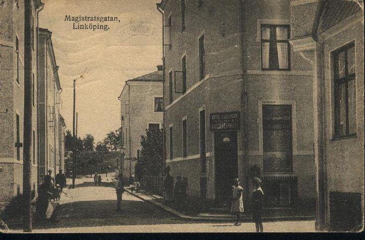 Magistratsgatan, låg i nuvarande Stolplyckan men finns inte kvar. Hela kvarteret hette ännu tidigare Karlberg och huset till höger hette Karlberg 12.