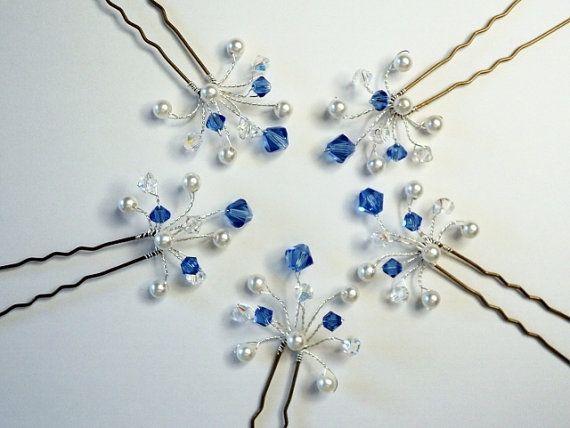 Artículo # HP-005: Este listado está para un conjunto de cinco 5 sólo zafiro cristal de Swarovski y perla novia horquillas. Estas horquillas son muy versátiles, pueden ser colocados alrededor de la costura de la parte inferior de un moño o updo, agrupado, espaciados, dispuestos en una fila, sólo está limitadas por tu imaginación! Los seis cristales dispersados entre las cinco perlas dan un montón de brillo. Perfecto para cualquier ocasión especial.  Pendientes a juego están en: https:/&#...