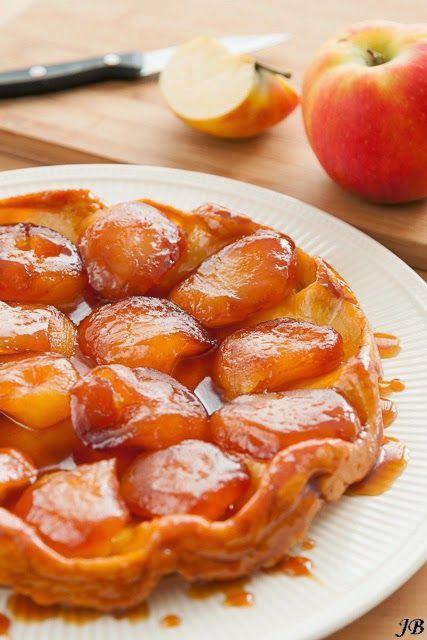 Ingrediënten voor het briseerdeeg:- 100 g ijskoude boter, in blokjes- 200 g bloem- 1 eidooier- snuf zout- 3-4 el ijskoud water Voor de appelvulling:- 125 g kristalsuiker- 25 g boter- 6 à 7 grote appel