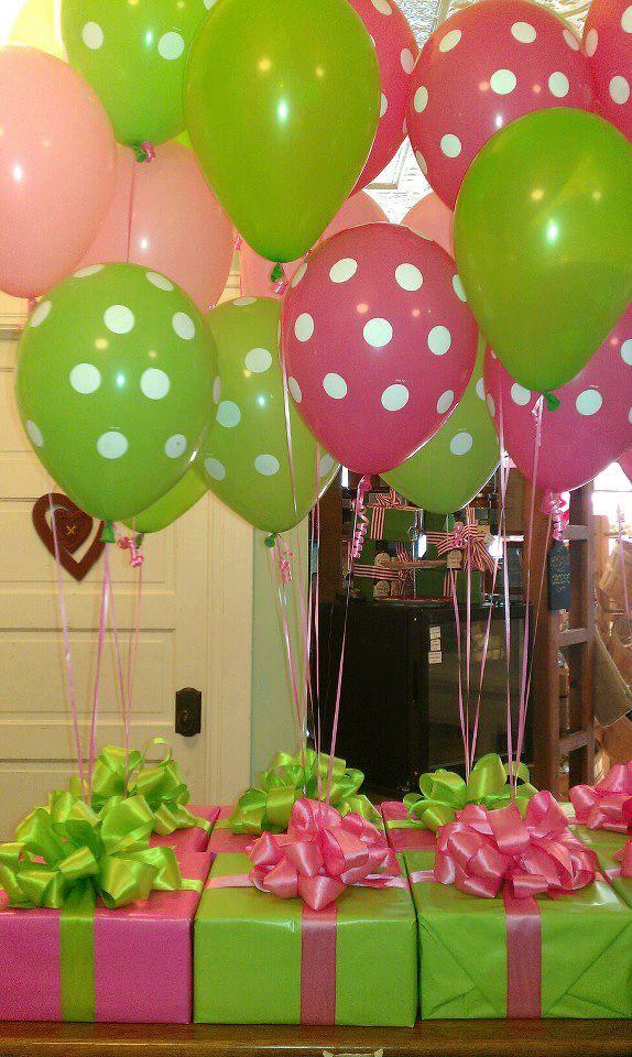 Centros de mesas utilizando caixas como base e balões com gás hélio para decorar