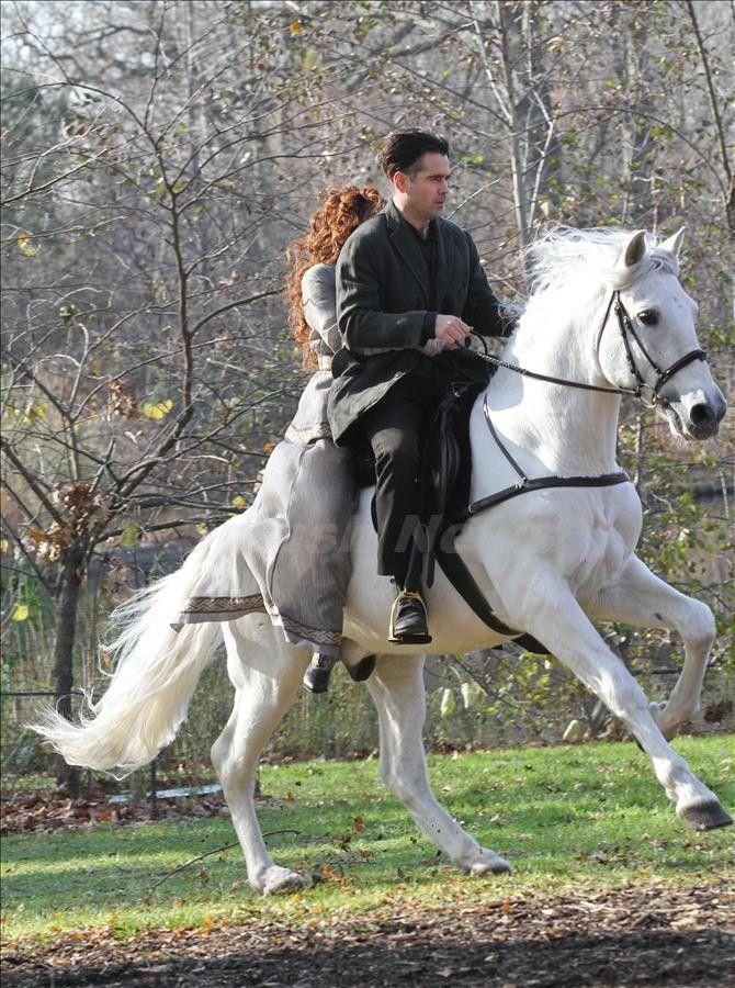 乗馬姿も様になる俳優コリン・ファレル。