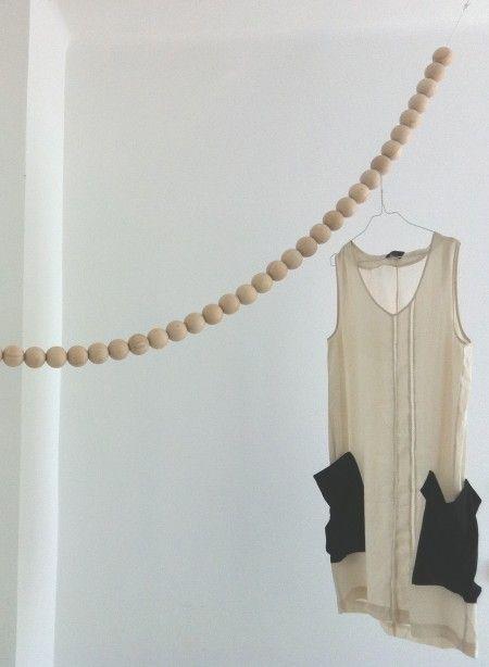 porte-manteaux-en-collier-de-perles-en-bois-snake  40 boules sur la corde d'une longueur 2.50 m.  (soit max. 6 cm diamètre ???)  89,00 €