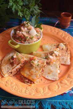 La receta de quesadillas mexicanas que hago a mi manera, con ingredientes mediterráneos e inspiración mexicana. Carne de cerdo, salsa de tomate picante y queso para fundir.