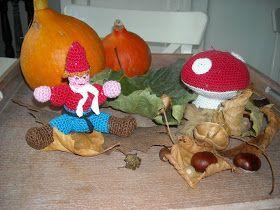 Op een grote paddenstoel rood met witte stippen zat kabouter spillebeen.     Wit en rood katoen haaknaald 3   Beginnen met het steeltje.   H...