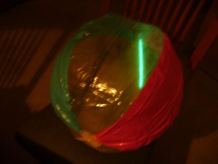 strandbal met een paar glowsticks..leuke en goedkope oplossing voor spelletjes in het donker..