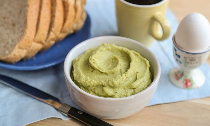 Avokadohummus er et sunt og godt alternativ til smør. Avokadohummus lages blant annet av avokado, kikerter, hvitløk og olivenolje – kun sunne ingredienser!