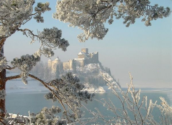 Zamek Dunajec – średniowieczna warownia znajdująca się na prawym brzegu Zbiornika Czorsztyńskiego we wsi Niedzica-Zamek, na obszarze Polskiego Spisza lub Zamagurza (Pieniny Spiskie).