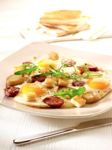 Spiegeleitjes met chorizo en knapperige broodcroutons  http://njam.tv/recepten/spiegeleitjes-met-chorizo-en-knapperige-broodcroutons