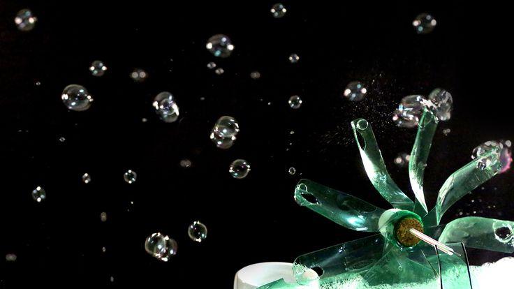 Veja como fazer uma máquina de bolhas de sabão caseira usando garrafa pet. Sua diversão está garantida!