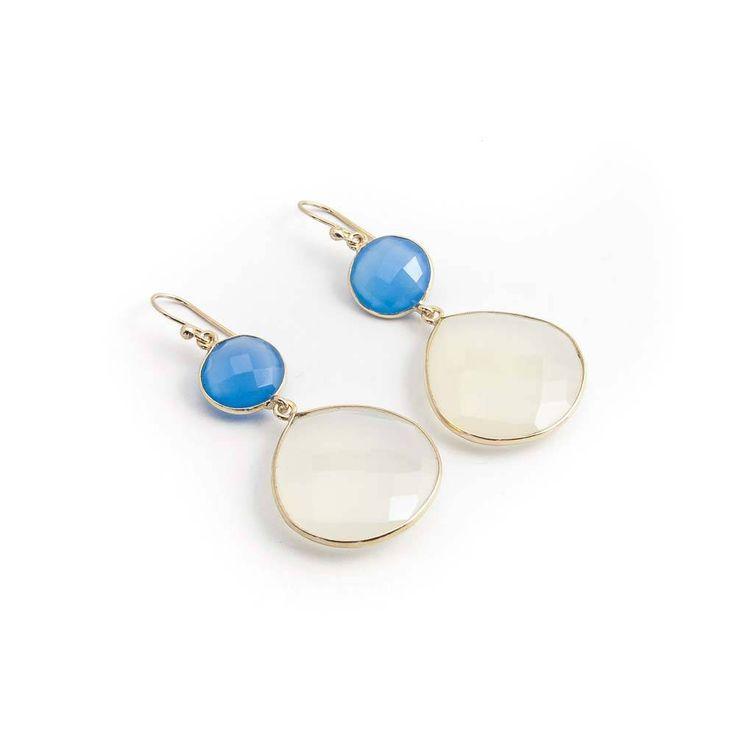 Prachtige oorbellen met blauwe en witte chalcedoon. De edelstenen in deze elegante oorbellen van De Vogue zijn facet geslepen en gezet in verguld zilver.