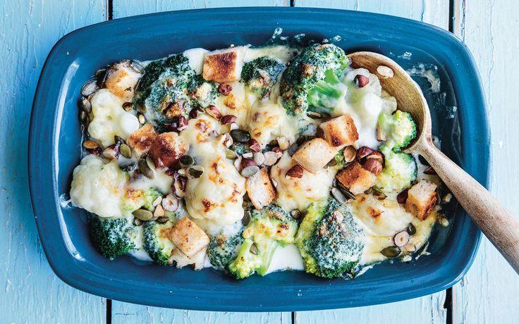 Dette er veggisversjonen av den gode, gamle retromiddagen vi alle husker og elsker: Ostegratinert blomkål med bacon.     - Jeg vet at det er lite som kan erstatte bacon hvis man elsker det (skyldig!), men jeg må si at sprø hvitløkskrutonger og ristede hasselnøtter som topping lett blir en ny favoritt, skriver matentusiast Maj-Britt Aagard i sin siste kokebok fylt med smakfulle vegetarretter.     Oppskriften er hentet fra boken: Kjøttfri mandag (Kagge Forlag) Foto: Matias Armand Jordal