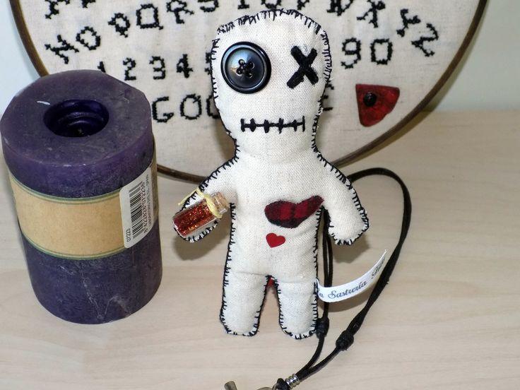 -Shadow es un muñeco de trapo gótico, al estilo muñeco voodoo.  - Cosido a mano en tela de lino, color tierra.  -Mide 17 cm de largo  - Relleno de guata  -Se envía perfectamente protegido , envuelto en plástico protector de burbujas y su sobre acolchado o caja(depende del producto) #Ocultismo #magia #hechiceria #fantasia #voodoo