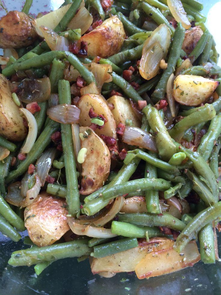 400 g Kartoffeln 400 gBrechbohnen 3 Zwiebeln 3 ZehenKnoblauch  Rosmarin  Petersilie 200 gSpeckwürfel  etwasSalz und Pfeffer  Zitronensaft  Olivenöl  Kartoffeln in Spalten schneiden und auf ein!Backblech verteilen. Mit Olivenöl beträufeln, Salz, Pfeffer darübergeben. Bei 180 °Umluft  garen. Brechbohnen waschen und bissfest blanchieren. Zwiebeln in Spalten schneiden und mit dem Speck anbraten. Kräuter hacken. Alles Mixen. Knoblauch dazupressen, die Kräuter drüber und mit Zitrone…