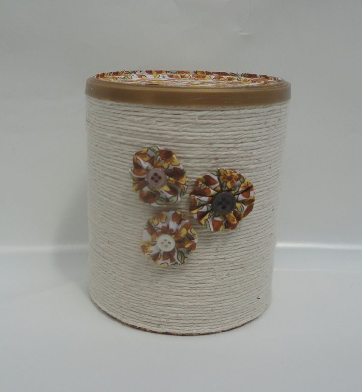 Lata de leite em pó, reciclada e higienizada, com aplicação de cordonê e tecido nas flores.. <br> <br> <br>Código do produto <br>Adicionado em: 14/03/15 <br>Mostruário de modelo, estampas e cores.