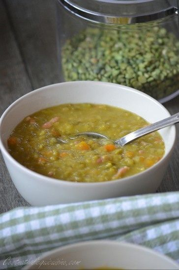 Comme c'est bon la soupe de pois cassés, et ce n'est pas cette recette façon paysane avec des lardons et les petits morceaux de légumes entiers qui me fera dire le contraire. C'est la soupe du moment à la maison, en général je mixe les soupes jusqu'à...