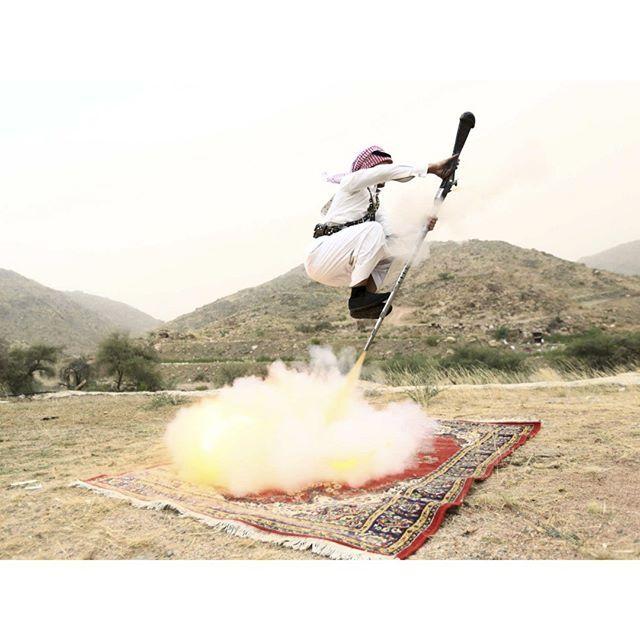 Que ce soit pour célébrer un mariage ou l'obtention d'un diplôme les Saoudiens ont l'habitude de se rendre dans les environs de la ville de #Taïf située dans l'#ArabieSaoudite occidentale pour faire la fête. Ce jour- là un homme appuie sur le détente de son arme à feu alors qu'il est en train de danser.  @REUTERS/Mohamed Al Hwaity by parismatch_magazine