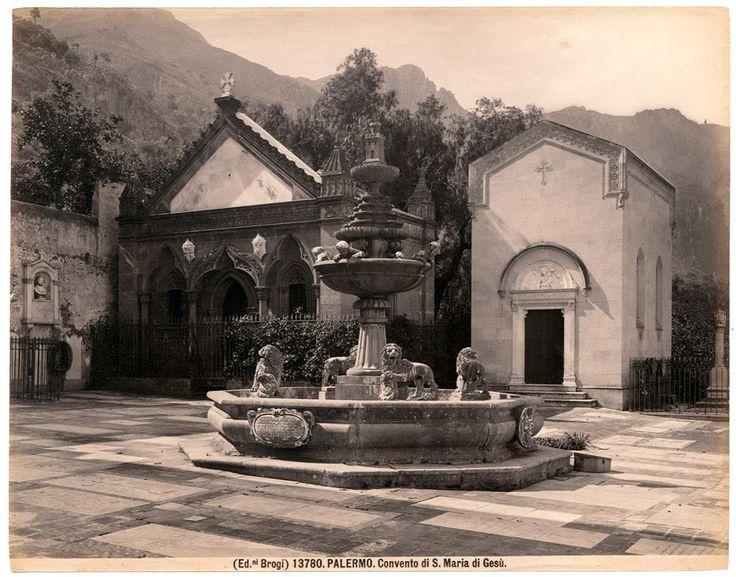 Il portale gotico-catalano, la Chiesa di Santa Maria di Gesù e la fontana collocati nel piazzale del cimitero del Convento di Santa Maria di Gesù, a Palermo   1890 ca.   Foto Brogli