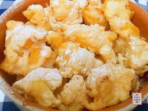 Ci sono tantissime ricette per fare delle buonefrittelle, queste hanno pezzettini di frutta nell'impasto.