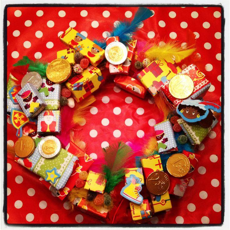 Strokrans versieren met snoepgoed, kleine pakjes en gekleurde veren. Ontwerp ; Daan enzo