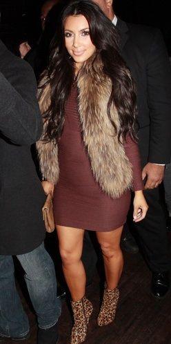 Ким Кардашян в обтягивающем платье, меховом жилете и леопардовых ботильонах