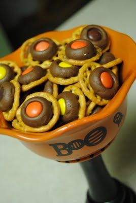 Fall Treat Bites: Chocolate, Pretzels and Reese's Pieces.  (Yes, please!)