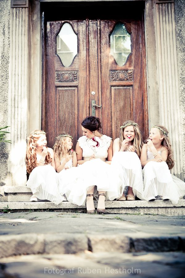 CuteBrides And Flower Girls Photos, Vintage Flower Girls, Photos Ideas, Rubens Hestholm, Flower Girls And Brides Photos, Flower Girl Hairstyles, Flower Girls With Bridesmaid, Girls Pictures, Vintage Flowers