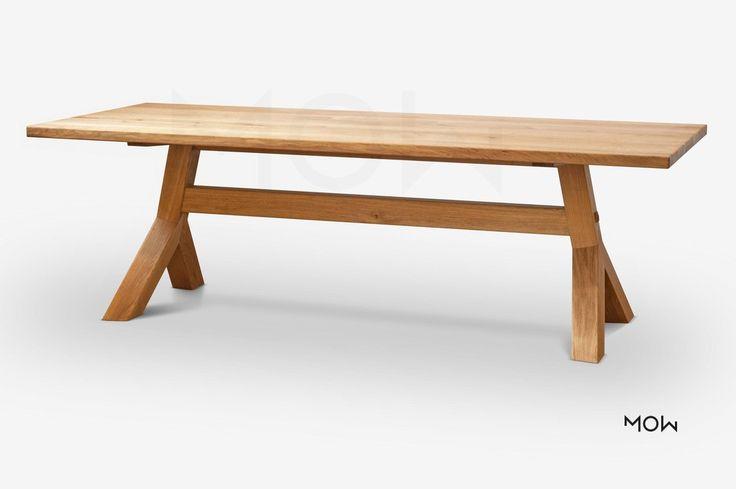 Masivní jídelní stůl s dubového dřeva s dlouhou životností.