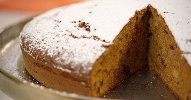Wortelen zijn van nature zoet en lenen zich daarom uitstekend voor gebak. Probeer een keer deze worteltaart, een stevige cake gezoet met geraspte wortelen, bruine suiker en dadels. Heerlijk met een kopje thee.Extra materiaal:Een keukenmachine met K-vormig hulpstukEen grote bakvorm