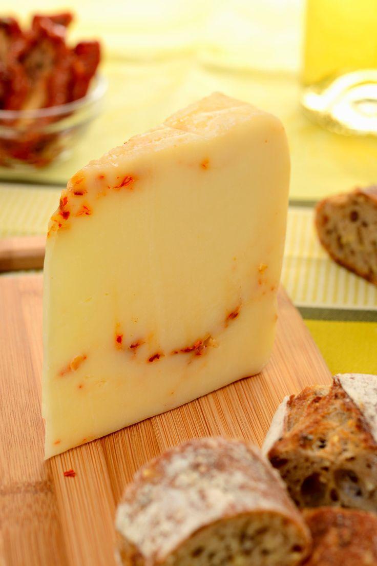 Pecorino Pepato (Sicilia, Italia) -  un queso de leche cruda de oveja proveniente de Ragusa -Sicilia, cómo no- y sazonado con granos de pimienta negra. No se me ocurre nada mejor para acompañarlo que un Nero d´Avola de Planeta. La mejor bodega de Sicilia.