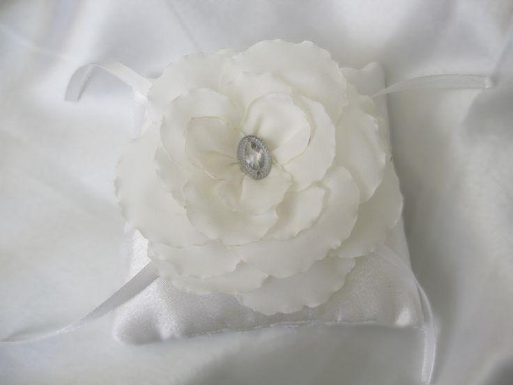 Белая подушечка для колец с Белым цветком