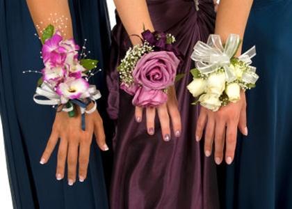 Esküvői virágok, testdísz és kitűző