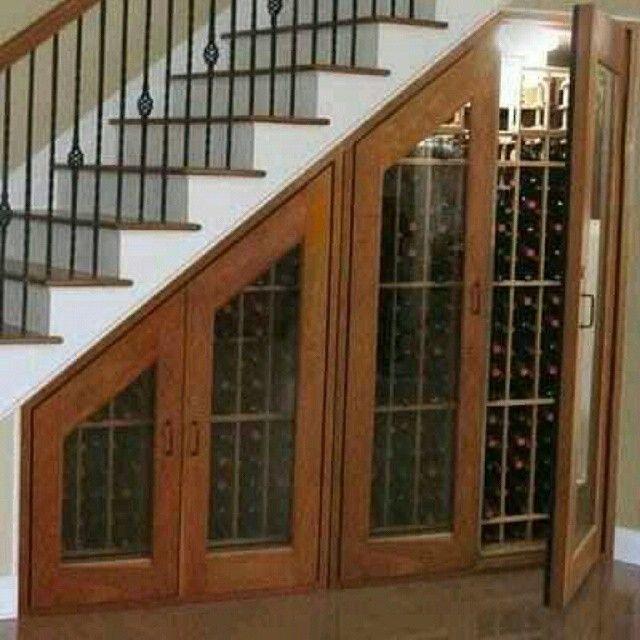 ¿Cómo aprovechar al máximo el espacio debajo de la escalera? Aquí tienen esta maravillosa idea para su cava de #vinos. Salud