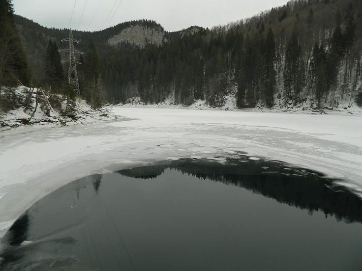 Almost frozen lake http://mihaelaburuiana.com/cartisicalatorii/traseu-cota-1400-cabana-zanoaga-scropoasa/