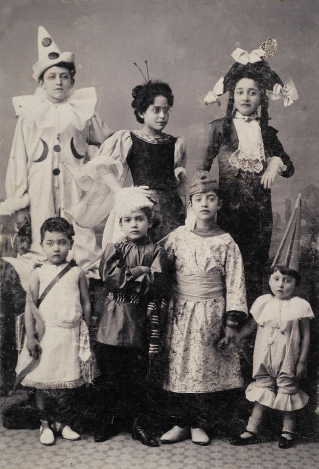 [Αποκριά, Πειραιάς 1907. Φωτογραφία του Αναστάσιου Γαζιάδη. Φωτογραφικά Αρχεία Μουσείου Μπενάκη]