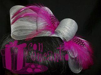 Hot pink and grey fascinator bow www.facebook.com/ConEncantoBilbao Tocado formado por un lazo de crin adornado por plumas fucsia de gallo y gallina de Guinea
