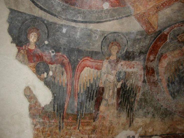 Abbazia di San Vincenzo al Volturno, gli affreschi del IX secolo, il periodo longobardo. Esempio del movimento pittorico longobardo beneventano, sono opera di artisti anonimi legati alla Scuola di miniatura beneventana, realizzati nel secondo quarto del IX secolo. ARCANGELI