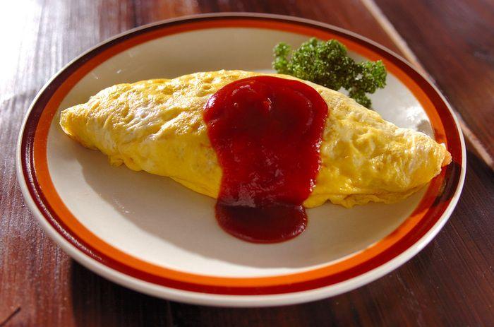 最近はデミグラスソースでいただくオムライスも人気がありますが、昭和のオムライスと言えばやっぱり赤いケチャップソース♪こちらはケチャップにとんかつソースを混ぜた、見た目も味も懐かしい昭和のオムライスです。