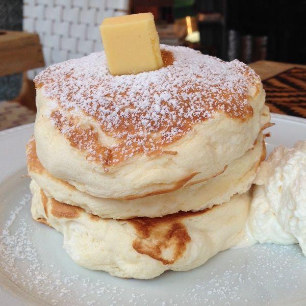 今ネットで大注目のパンケーキ。それは大阪にある「ミカサデコ&カフェ」のメニューにある、「リコッタチーズパンケーキ」。なんでもふわふわに加えてリコッタチーズがたっぷり入っていて、3段重ねのパンケーキが重みで若干潰れてしまうほど。次なるパンケーキを探しに行きましょう!