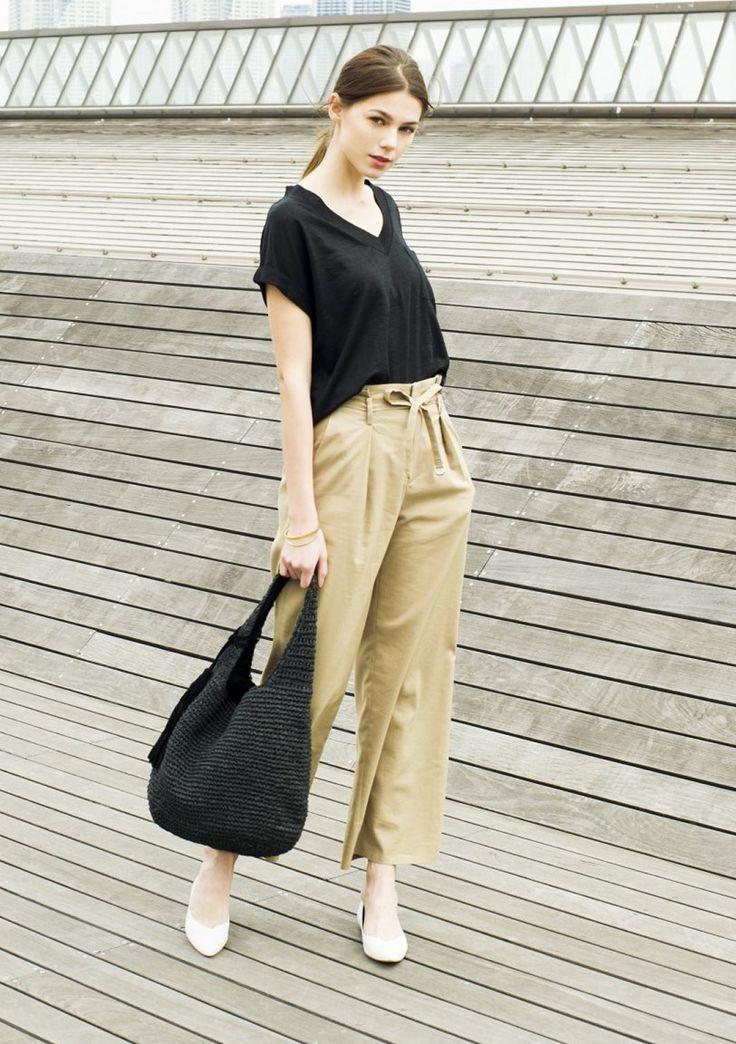 VネックTシャツはリネンで大人なニュアンスに。黒のリネンTシャツをカーキベージュのワイドパンツにINして、リラックスムードのスタイリング。ラフィアのバッグをプラスして一足早いバカンス感覚を取り入れつつ、色をブラック×ベージュで抑えたことで大人っぽい表情に。 #J'aDoRe JUN ONLIEN #J'aDoRe Magazine #ロペピクニック #プルオーバーブラウス #Tシャツ #t-shirt #防しわ #防しわ加工