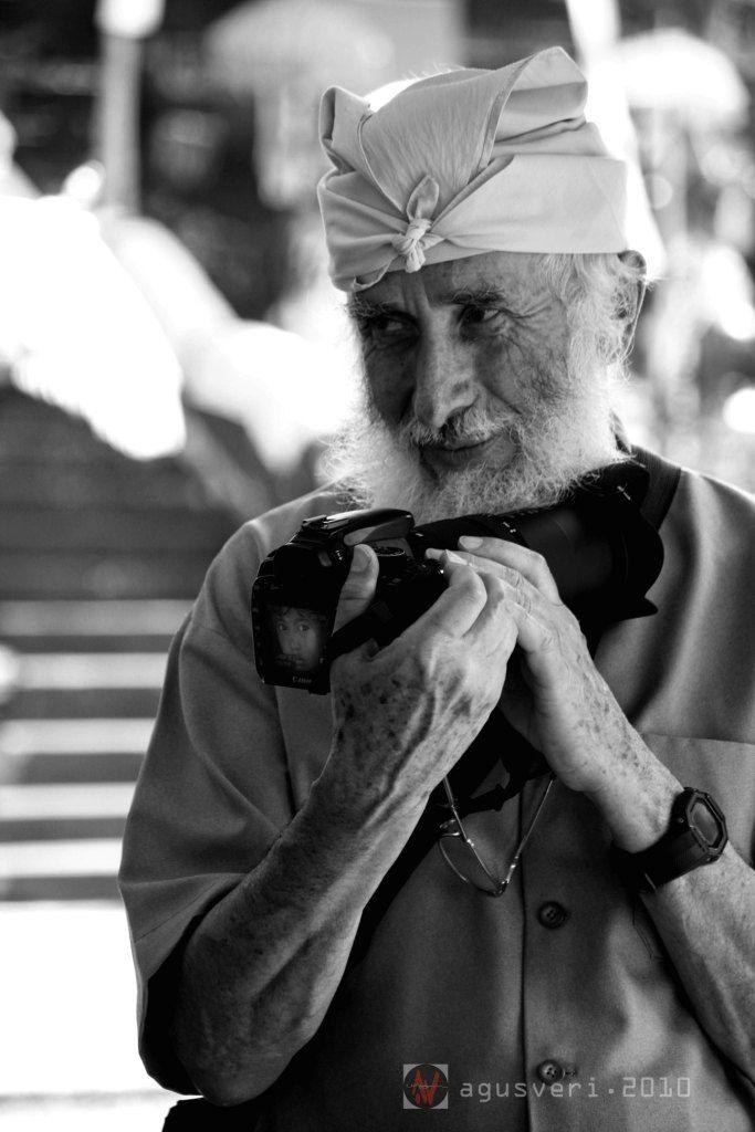 foto on foto | di era modern ini dunia fotografi seakan tak mengenal batas usia.terlihat dalam foto ini seorang fotografer yg sudah sepuh masih terus menjalani aktifitas fotografi...semoga bisa menjadi inspirasi bagi kita semua para pecinta fotografi..