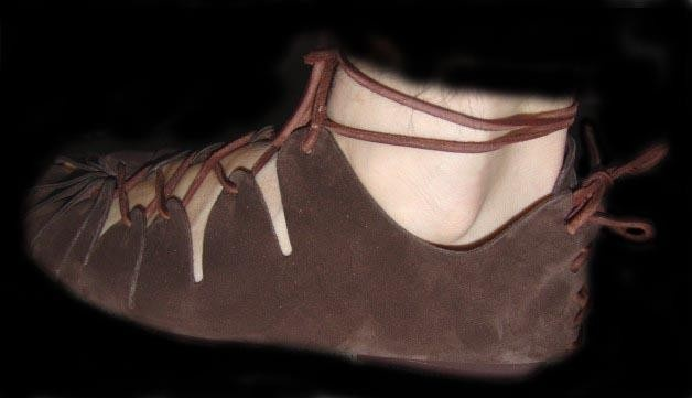 These early medieval shoes are a replica of a pair that was found in Ballymacomb, Ireland. Shoes like these were mainly made of thin leather. They were worn between 700 and 900 AD by the lower classes of Ireland, Man and Scotland.