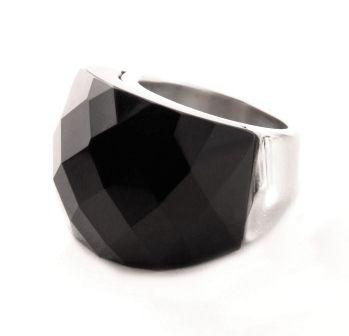 Anillo acero con gran piedra facetada color negro. Medidas: 12-14-16-18  $15.000.-