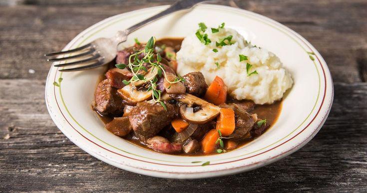 Deilig, smaksrik og varmende rett, perfekt på en høst- eller vinterkveld. Boeuf Bourguignon er en klassisk og kraftfull kjøttgryte fra Frankrike. Den egner seg godt for tilberedning på forhånd og varmes opp før servering.