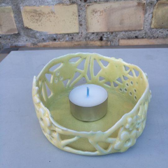 Fyrfadsstage i porcelæn med krakelerende sart gul glasur. Dekoration udskåret i hånden og hver stage er unik.- http://www.amioamio.com/da/produkt/162379/