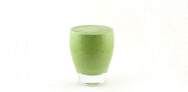Deze spinazie komkommer kwark smoothie is een groene smoothie met vooral groenten als basis. Er zit vooral spinazie en komkommer in deze groene smoothie en qua fruit slechts het sap van een halve limoen.