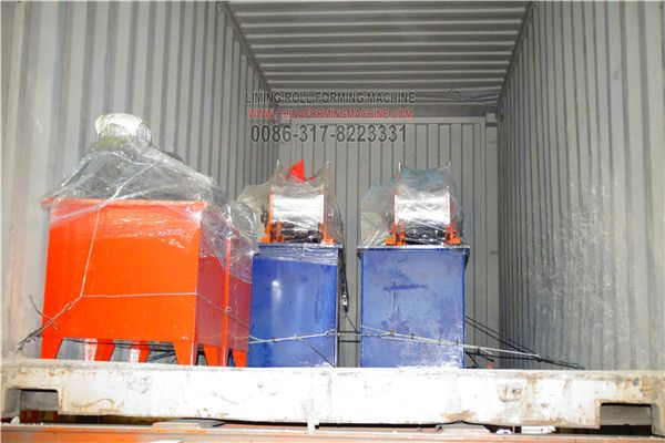 When we loading the #cold #roll #forming #machines into the container to prepare to ship it to the customer's factory by sea, we have the professional workers to reinforce the machine in the container to make sure it is safe and good to reach customers'factory.