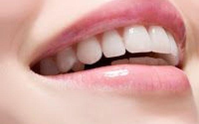 Gengive sane e denti bianchi: ecco i consigli dei dentisti. Vuoi un sorriso sempre perfetto denti bianchi e gengive sane?? Scopri le regole d'oro consigliate d denti sani gengive sane denti bianchi