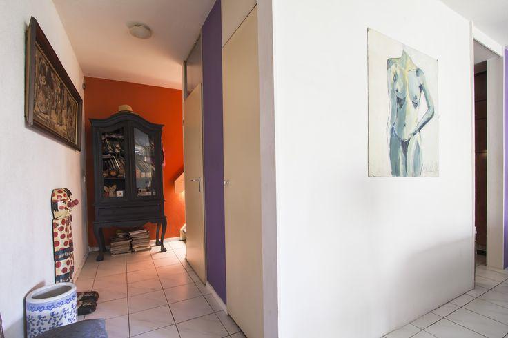Hal   Appartement gelegen op de begane grond en eerste verdieping in een autoloze straat, maar toch in het hartje van Maastricht nabij het Sphinxterrein waar nu alle moderne ontwikkelingen plaatsvinden. Zoals een nieuwe bioscoop, nieuwe Lumiere, etc. Kunst, cultuur en gezelligheid komen hier samen in een moderne werled in een oud jasje met stijl.