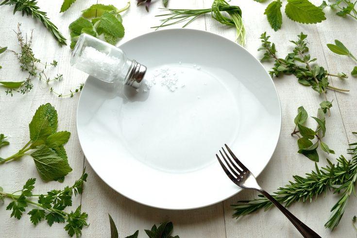 Minder zout, meer naar buiten en matigen met alcohol. Dat zijn drie van de tien tips die kunnen helpen om botontkalking te voorkomen. Maar wacht er niet te lang mee om ze in de praktijk te brengen. Osteoporose is een sluipende ziekte die zich al rond het 40e levensjaar ontwikkelt.